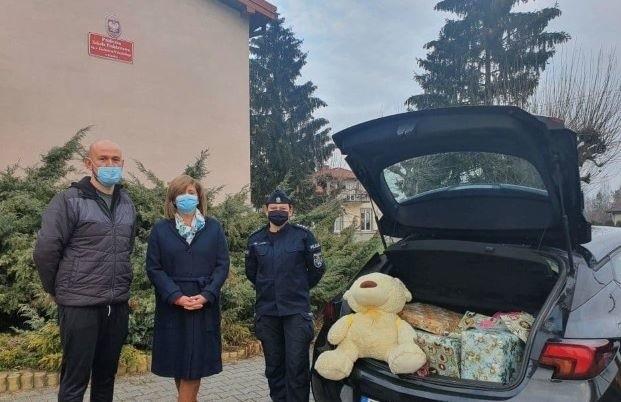 Pracownicy grójeckiej komendy i policjanci kupili prezenty dla potrzebującej pomocy rodziny z gminy Pniewy.