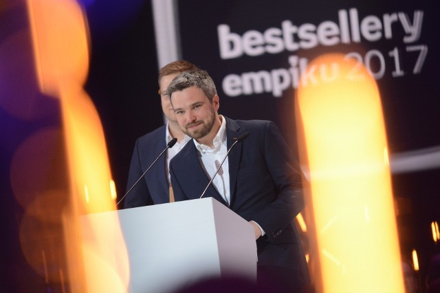 """Gala Bestsellerów Empiku 2017. Zygmunt Miłoszewski odebrał nagrodę za książkę """"Jak zawsze"""""""