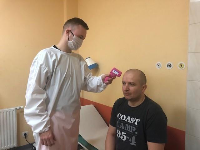Ratownicy medyczni z drezdeneckiego szpitala testują prototyp ochronnego fartucha, który wkrótce będą mieli do dyspozycji
