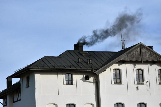 Niebawem rozpocznie się spis źródeł ciepła. Dotyczy to milionów Polaków, którzy mieszkają w domach jednorodzinnych. Będzie trzeba także zgłaszać źródła ciepła w blokach, ale tym mają się zająć zarządcy obiektów. Do kiedy i gdzie należy składać deklaracje? Spis ruszy już za kilkanaście dni. Warto z tym nie zwlekać i czym prędzej zgłosić źródło ciepła swojego domu. W przeciwnym razie można dostać wysoki mandat! Czytaj dalej. Przesuwaj zdjęcia w prawo - naciśnij strzałkę lub przycisk NASTĘPNEPOLECAMY TAKŻE:Będzie podatek kastralny od mieszkań? Ministerstwo Finansów odpowiada!Tanie mieszkania i działki od PKP w Kujawsko-Pomorskiem. Gdzie i za ile?