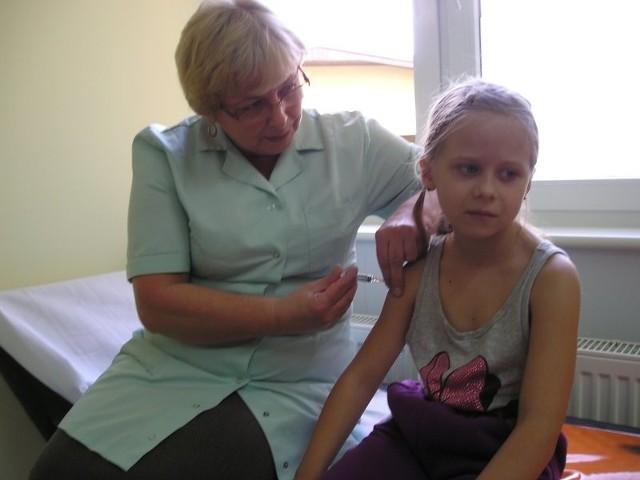 Wiktoria Walczak była bardzo dzielna podczas szczepienia. Jako jedna z niewielu siedmiolatków z uśmiechem na twarzy przyjęła szczepionkę.
