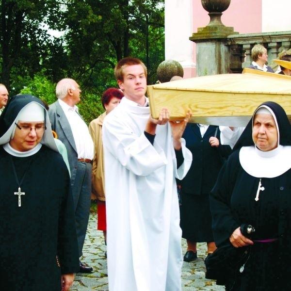 Procesja do przystani z repliką kajaka papieskiego