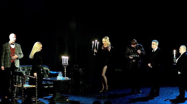 Tuż prze balem Małgorzata (z lewej) została ubrana w czarną suknię