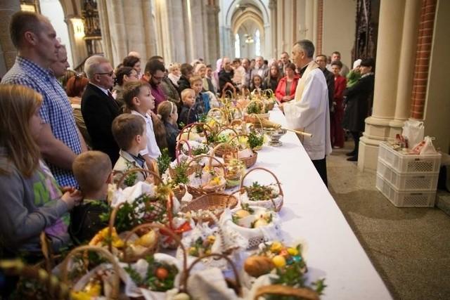 W Wielką Sobotę w wielu kościołach zamiast pokropienia święconki wodą święconą, będzie błogosławieństwo znakiem krzyża. A w kilku nawet takiego święcenia nie będzie.Ta Wielkanoc będzie ponownie zupełnie inna od poprzednich. Zmieniają się bowiem – z powodu pandemii – zasady święcenia pokarmów w Wielką Sobotę. Dotychczas w kościołach ksiądz święcił koszyczki wypełnione jajkami, kiełbasą, chlebem, solą i pieprzem oraz barankiem z cukru we wnętrzu świątyni wodą święcona za pomocą kropidła. Często ze święconką przychodziły całe rodziny. Teraz będzie inaczej.W najważniejszym z kościołów w archidiecezji – bazylice archikatedralnej pw. św. Stanisława Kostki – święcenie w ogóle się nie odbędzie. Zamiast tego parafia zachęca do pobłogosławienia przygotowanej święconki  w domach przez ojca rodziny z wykorzystaniem formuły zamieszonej na stronie internetowej katedry.  A jak będzie w innych parafiach?