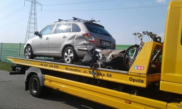Od samochodu osobowego odpięła się przyczepa kempingowa i przewróciła na jezdnię. Zaraz potem wjechał w nią inny samochód.