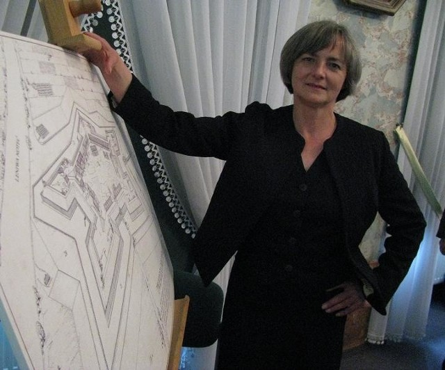 - Muzea w klasycznej formie powinny istnieć, bo zabezpieczają dziedzictwo kulturowe – mówi dyrektorka placówki w Drezdenku Ewa Kułakowska. Obok niej plan Twierdzy Drezdenko.