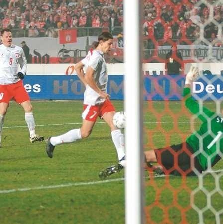 Stadion Śląski, 17 listopada ub.r. Euzebiusz Smolarek pokonuje drugi raz belgijskiego bramkarza Stijna Stijnena i wprowadza biało-czerwonych do finałów Euro 2008. W tle Jacek Krzynówek. Czy nasza reprezentacja będzie mogła powalczyć także o awans do mundialu w RPA?