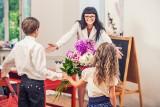 Prezent na Dzień Nauczyciela – kwiaty, bombonierka, biżuteria, a może SPA?