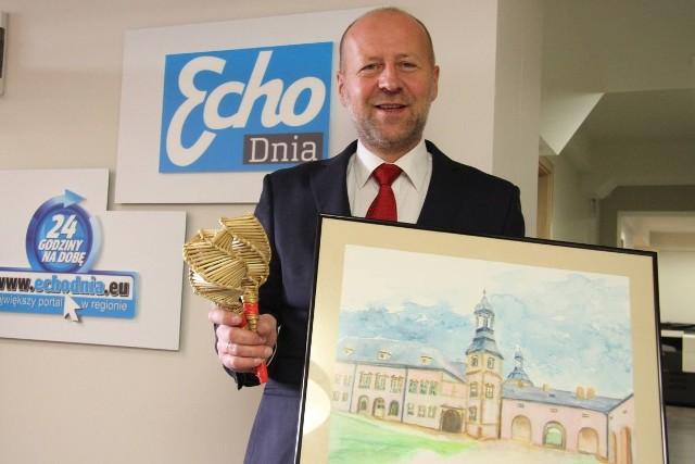 Dariusz Detka, dyrektor Biura Komunikacji Społecznej w Urzędzie Marszałkowskim Województwa Świętokrzyskiego, przekazał na licytację obraz przedstawiający Pałac Biskupów Krakowskich.