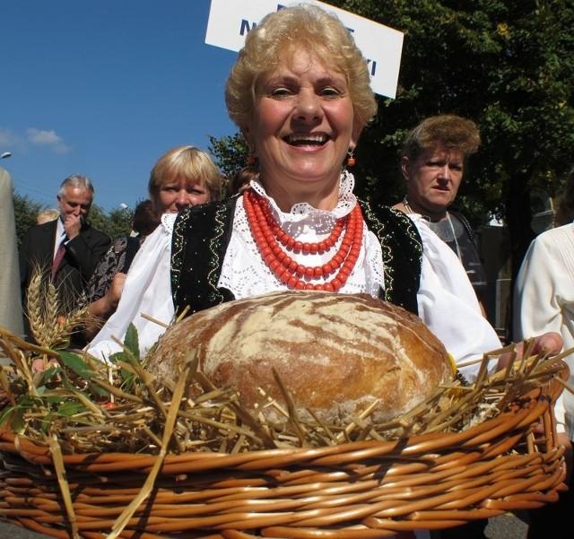 - Chleb to podstawa, oby nam go nie zabrakło – mówi Genowefa Nowak z Jeleniowa, która prowadziła z chlebem w dożynkowym korowodzie grupę z powiatu nowosolskiego.