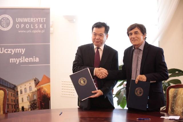 Umowę podpisali prof. Janusz Słodczyk oraz prof. dr Wu Renhua z Uniwersytetu Technicznego w Fujian.