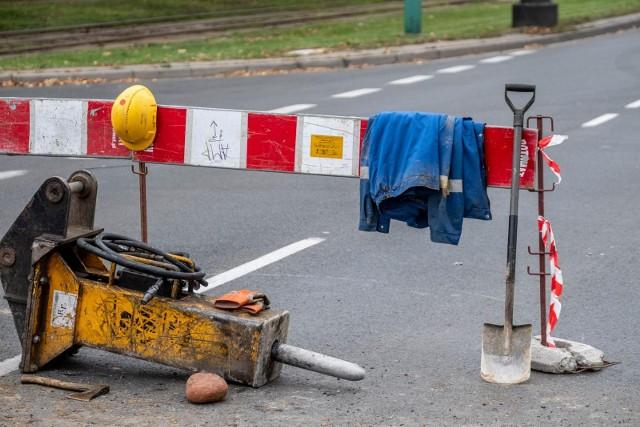 W rejonie skrzyżowania ulic Dąbrowskiego i Wawrzyniaka doszło do awarii kanalizacyjnej. Aquanet prowadzi prace w torowisku tramwajowym. W związku z tym ruch tramwajowy na tym odcinku został wstrzymany.
