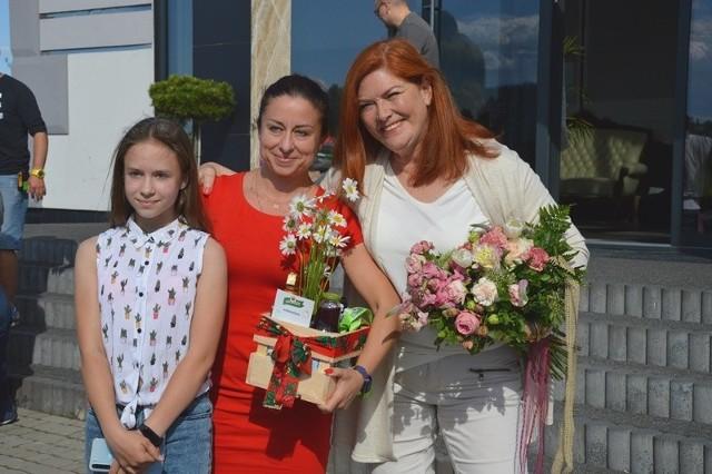 Katarzyna Dowbor, prowadząca program Nasz Nowy Dom, z bohaterkami odcinka