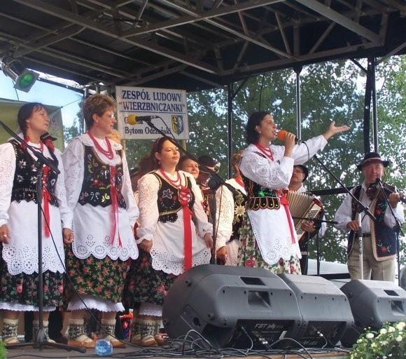 Zespół Wierzbniczanki z Bytomia Odrzańskiego. Zachwycają przepięknymi strojami, śpiewem i muzyką.