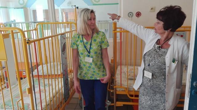 Wiesława Piechocka i Kazimiera Kucharska-Barczyk w sali z nowymi łóżeczkami