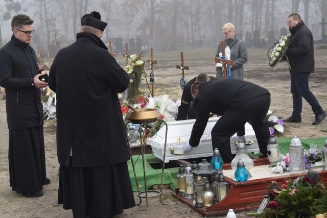 Pogrzeb czworga zabitych noworodków z Ciecierzyna. Dzieci zostały pochowane na cmentarzu komunalnym w Kluczborku.