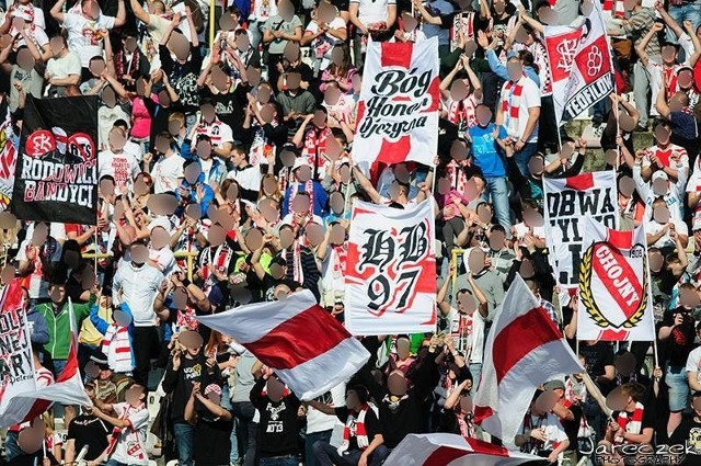Kibice Łódzkiego Klubu Sportowego po raz drugi z kolei stawili się w komplecie i uświetnili mecz sporą ilością banderi i flag.