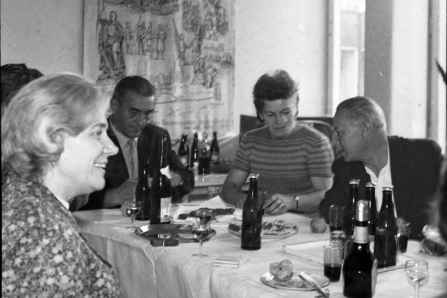 Jakie kultowe przekąski i dania królowały w PRL na każdej domówce? Zobaczcie!