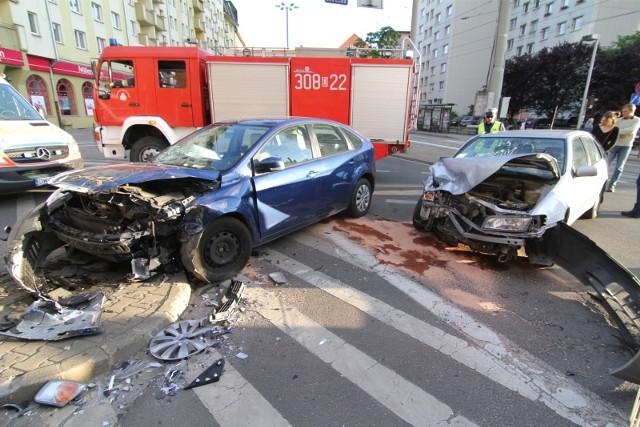 Są we Wrocławiu skrzyżowania, na których często dochodzi do niebezpiecznych sytuacji, kolizji a nawet poważnych w skutkach wypadków. Problem z bezpiecznym przejazdem mają nie tylko przyjezdni kierowcy, ale również rodowici wrocławianie. W tych miejscach należy zachować szczególną ostrożność. Zobaczcie, na kolejnych slajdach galerię pokazującą niebezpieczne skrzyżowania, na których kierowcy mają największe problemy. Przeglądajcie za pomocą strzałek lub gestów.