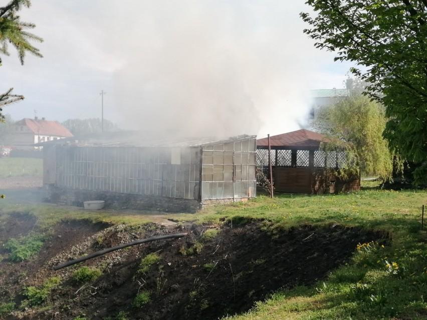 Pożar w klasztorze ojców Bernardynów w Łęczycy. Ogień w budynkach gospodarczych ZDJĘCIA 3.05.2020