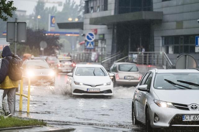 Gwałtowne deszcze po tygodniach upałów i suszy - takie obrazki, zdaniem specjalistów, będą nam towarzyszyły coraz częściej. Dlatego warto inwestować w zbiorniki, które pomogą zatrzymać masy wody w momencie, gdy kanalizacja deszczowa będzie najbardziej obciążona, a poza tym będą bardzo przydatne w łagodzeniu skutków suszy.