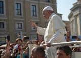 Papież Franciszek obniża pensje kardynałom, ale oszczędza pracowników świeckich