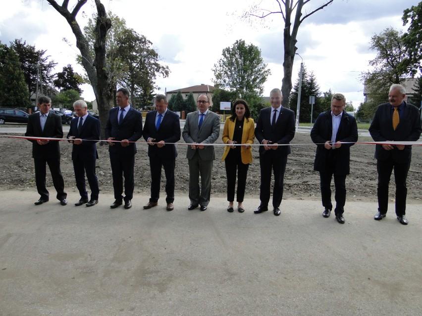 Symboliczne przecięcie wstęgi – przez inwestora, władze gminy Przytyk, mieszkańców Wrzeszczowa. Odcinek drogi wojewódzkiej numer 740 został oficjalnie oddany do użytku.