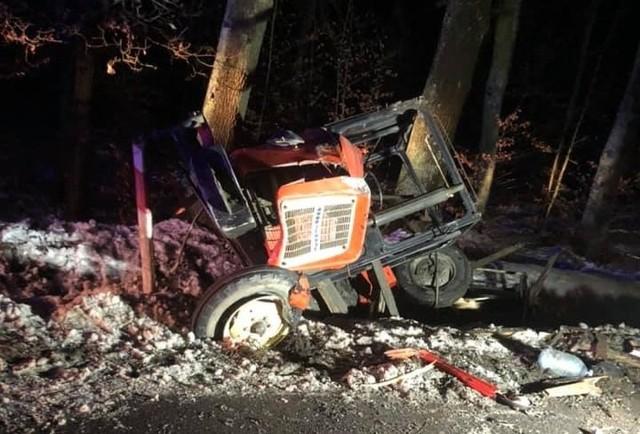 Wypadek ciągnika z mazdą na DW 494 pod Bodzanowicami.