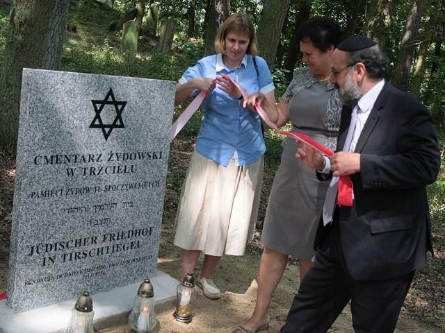 Płytę na dawnym cmentarzu żydowskim w Trzcielu odsłonili (od lewej)  dyrektor Fundacji Ochrony Dziedzictwa Żydowskiego Monika Krawczyk, burmistrz Maria Gorna-Bobrowska, naczelny rabin Polski Michael Schudrich.