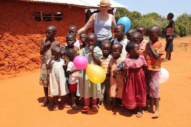Monika Wojtoń w ramach wolontariatu pomaga uczniom jednej ze szkół w Lusace, stolicy Zambii