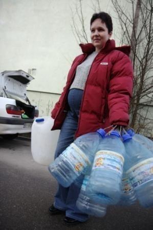 Elżbieta Górska jest w piątym miesiącu ciąży. Codziennie musi dowozić do mieszkania baniaki z wodą. Nie wyobraża sobie wychowywania dziecka w mieszkaniu bez bieżącej wody.