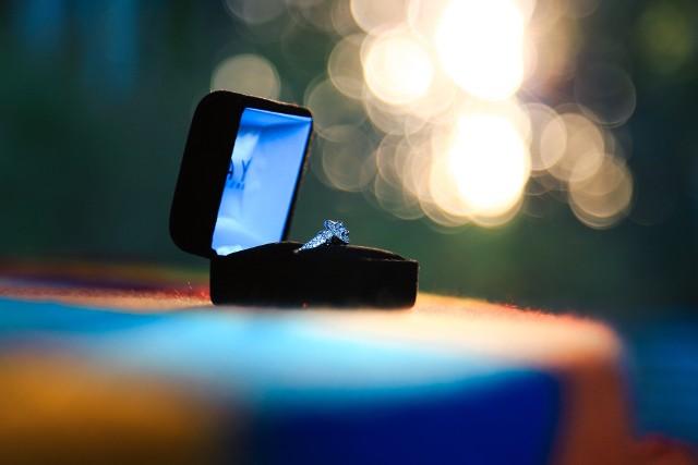 Walentynki to czas, gdy sporo par się zaręcza. Panowie decydują się na oświadczyny w romantycznej scenerii, wyznając wybrance miłość. Jak wybrać idealny pierścionek, aby był pamiątką na całe życie i spełniał oczekiwania ukochanej? Sprawdź w naszej galerii!Sprawdź w naszej galerii --->