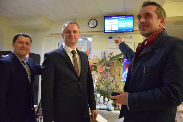 Zielona Góra, 16 grudnia 2019. Od lewej: Maciej Schmidt, Dariusz Legutowski i Marcin Pabierowski prezentują stację pomiarową