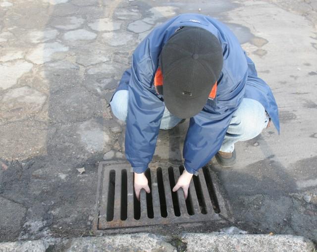 Kratki ściekowe często padają łupem złodziei. Szczeciński ZWiK wymienia kilkadziesiąt takich elementów w ciągu miesiąca.