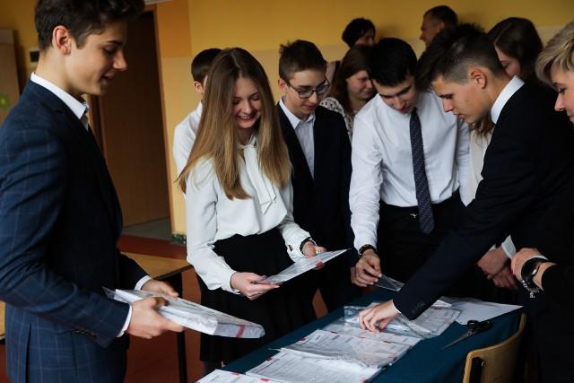 Egzamin gimnazjalny 2019 - arkusz, odpowiedziNa zdjęciu uczniowie z Gimnazjum nr 15, Kraków, al. Kijowska 3