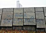 Pomnik Powstańców Śląskich w Katowicach pomazany farbą. Niebieska eRka pojawiła się na granitowej podstawie