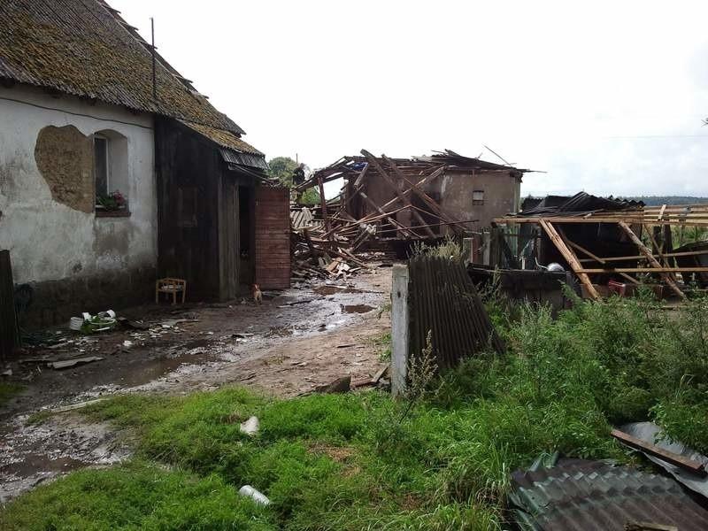 Trąba powietrzna zrywała dachy w Suchej [zdjęcia]