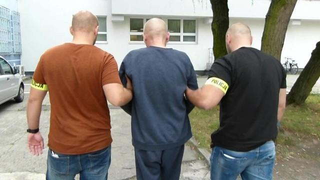 """Zbrodnia w melinie: brutalność sprawcy poraża""""Melina"""" - tak altanę przy ul. Kraińskiej w Toruniu, na tak zwanej Dębowej Górze, określają miejscowi. To tutaj, 12 września 2019 roku, doszło do zbrodni. Jej ofiarą padł 61-letni Ryszard J. - człowiek trudniący się głównie żebraniem pod toruńskimi sklepami. Identycznie zresztą jak inni bywalcy tego miejsca...Jaki przebieg wypadków ustaliła Prokuratura Okręgowa w Torunia, która śledztwo zakończyła w maju ub.r aktem oskarżenia przeciwko Zbigniewowi P. ? Do morderstwa doszło między godziną 15.30 a 16.30. Ofiara, czyli Ryszard J., była trzeźwa. Nie był to normalny stan tego mężczyzny o tej porze dnia. Nie miał czego wypić, nie miał za co kupić alkoholu. Wyczekiwał na dostawcę."""
