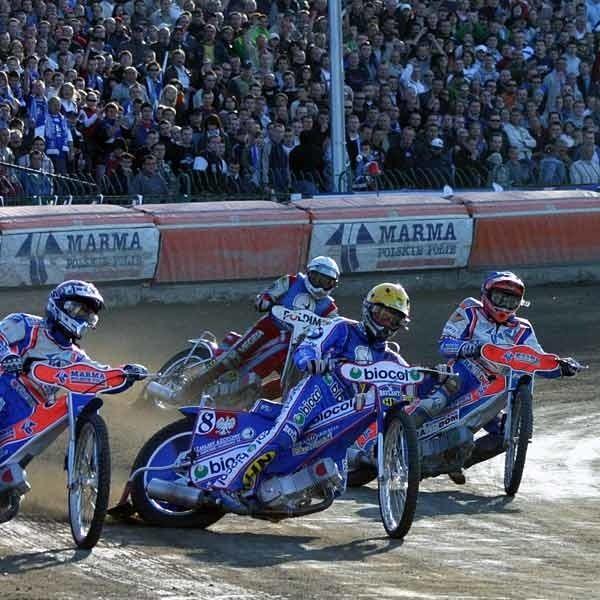 W piątkowy wieczór na stadionie w Mościskach należy się spodziewać superwidowiska. Gwarantują je uczestnicy meczu i to, ze będą to derby.