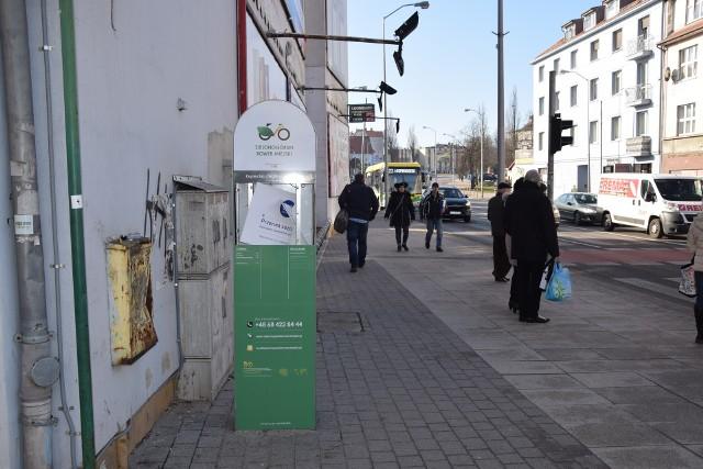 Zdewastowana stacja wypożyczeń rowerów u zbiegu ulic: Kupieckiej i al. Wojska Polskiego - Zielona Góra 15 lutego 2019 roku