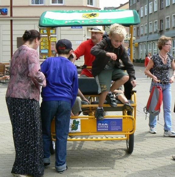 Mieszkańcy Szczecinka po raz pierwszy ujrzeli swoje riksze i od razu je pokochali. Do przejażdżek ustawiały się kolejki chętnych.