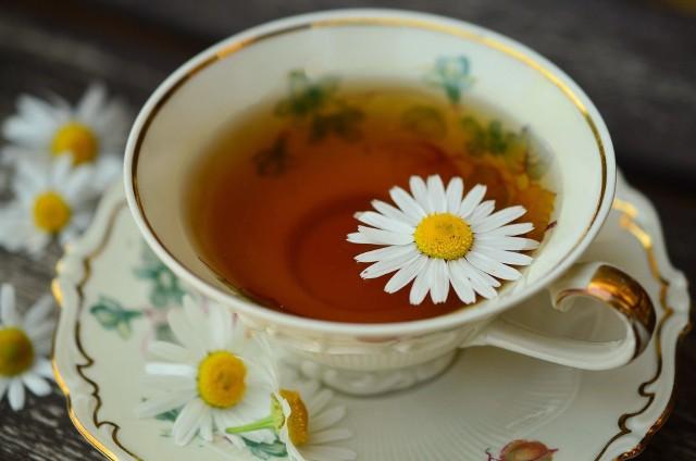 Herbata rumiankowa jest łagodna w smaku, a jej picie relaksuje i uspokaja
