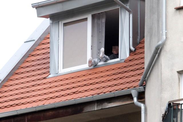 Zdjęcie ilustracyjne/38-latek próbował uciec przez okno dachowe