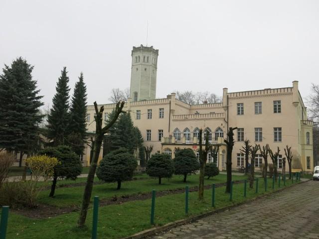 Pałac w Mysłakowicach w latach 50. XX w. zmieniono w szkołę