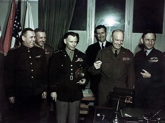 Gen. Eisenhower i inni oficerowie alianccy po podpisaniu aktu bezwarunkowej kapitulacji Niemiec w Reims 7 maja 1945