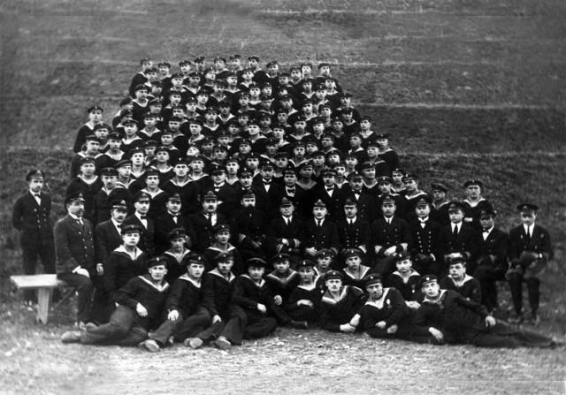 Pamiątkowa fotografia absolwentów kursu Szkoły Specjalistów Morskich w Świeciu z 1924 roku. Tu kształciła się kadra podoficerska Marynarki Wojennej, która zaistniała po 1918 roku.
