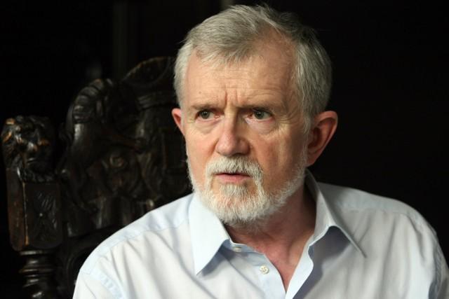 Za dyrektorem Cezarym Morawskim murem stoją związkowcy z Solidarności