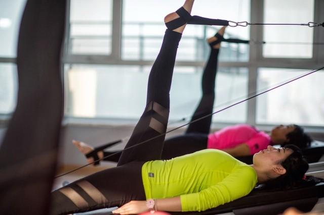 W zależności od powierzchni siłowni/klubu fitness dopuszcza się ograniczoną liczbę klientów w pomieszczeniach (1 osoba na 10 m2).