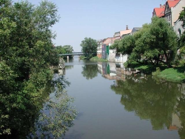"""Opolska WenecjaMlynówka nazywana jest przez mieszkanców """"Opolską Wenecją"""" dlatego, ze stojące nad nią domy przeglądają sie w lustrze rzeki."""