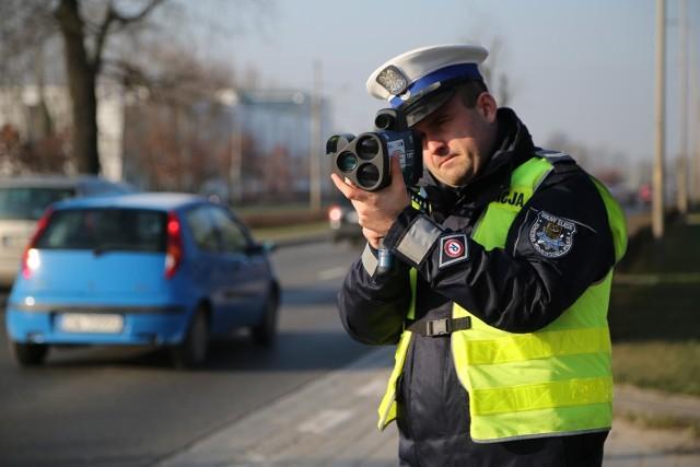 Do 12 lutego KGP czeka na oferty w przetargu na sprzęt do kontroli ruchu drogowego:- w planach jest zakup 300 laserowych mierników prędkości,- mierniki mają mieć funkcję rejestracji obrazu,- nowe mierniki powinny być przystosowane do robienia zdjęć lub kręcenia filmów, by w pełni udokumentować popełnione wykroczenie.Laserowy miernik prędkości zmierzy nie tylko szybkość pojazdu, lecz również przekroczenie ciągłej linii czy przejazd na czerwonym świetle.